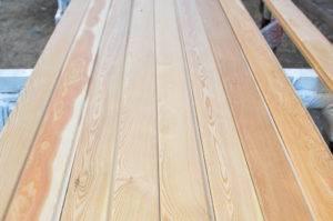 Доски из лиственницы (19 фото): как отличить от досок из сосны? сухие массивные доски,  50х150х6000 и 30х150х6000, другие сорта и размеры