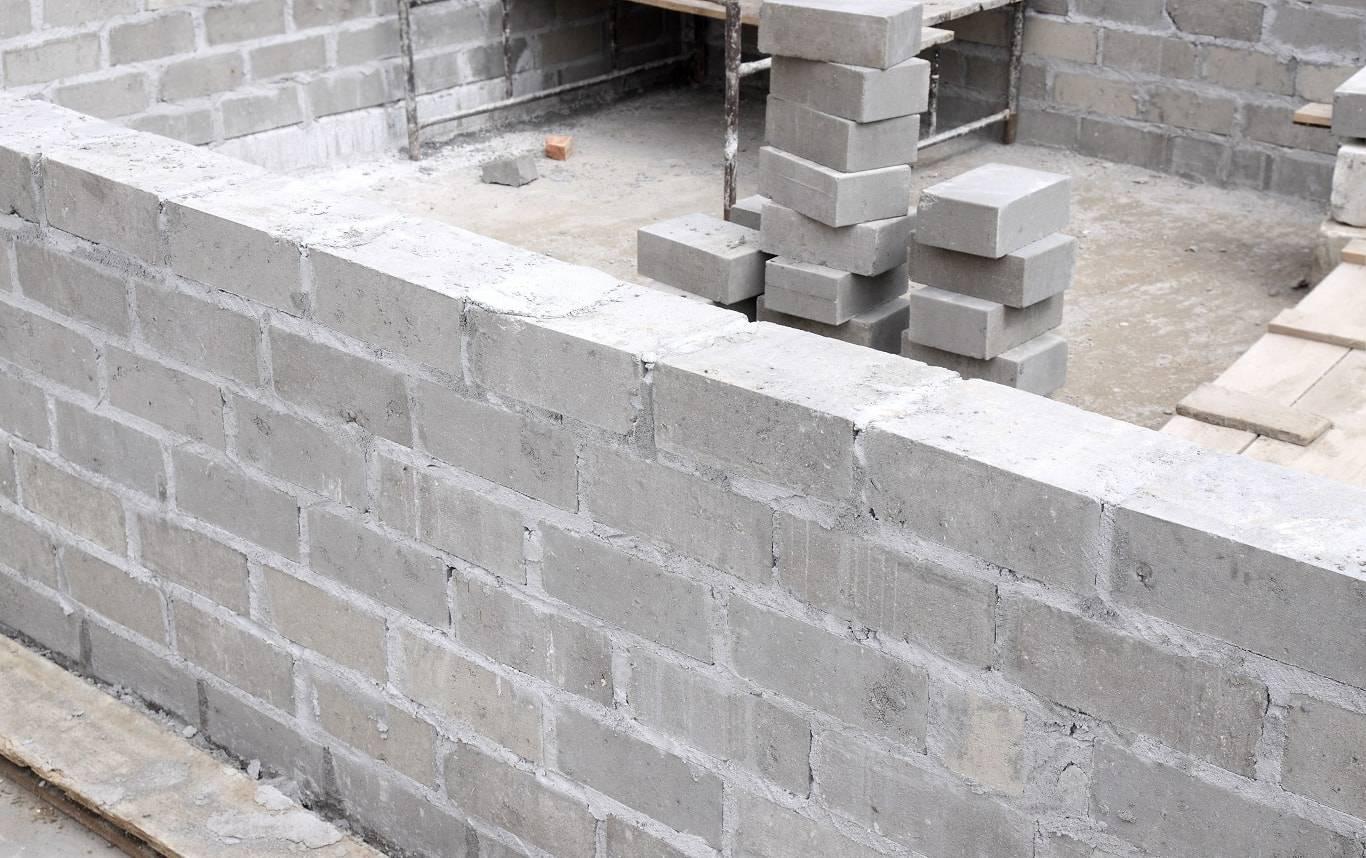 Фундамент ленточный кирпичный: плюсы и минусы, этапы строительства фундаментного основания и столбов под забор из кирпича
