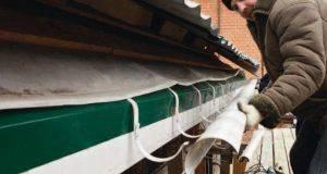 Прочистка водосточной системы на плоской кровле. как произвести очистку водостоков с помощью подручных средств. отсыревание стен и подмыв фундамента