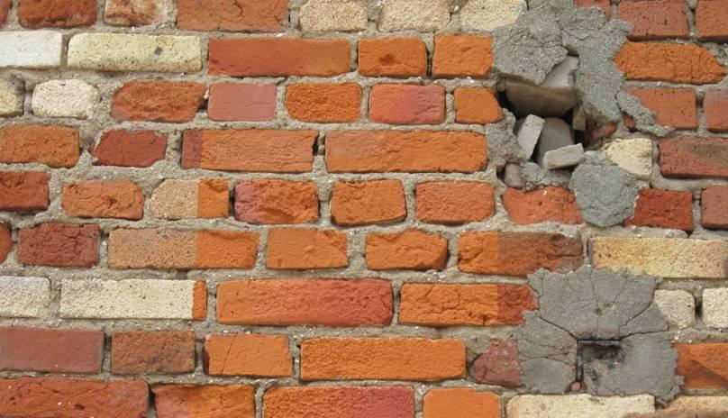 Как и чем заделать дыры в стене