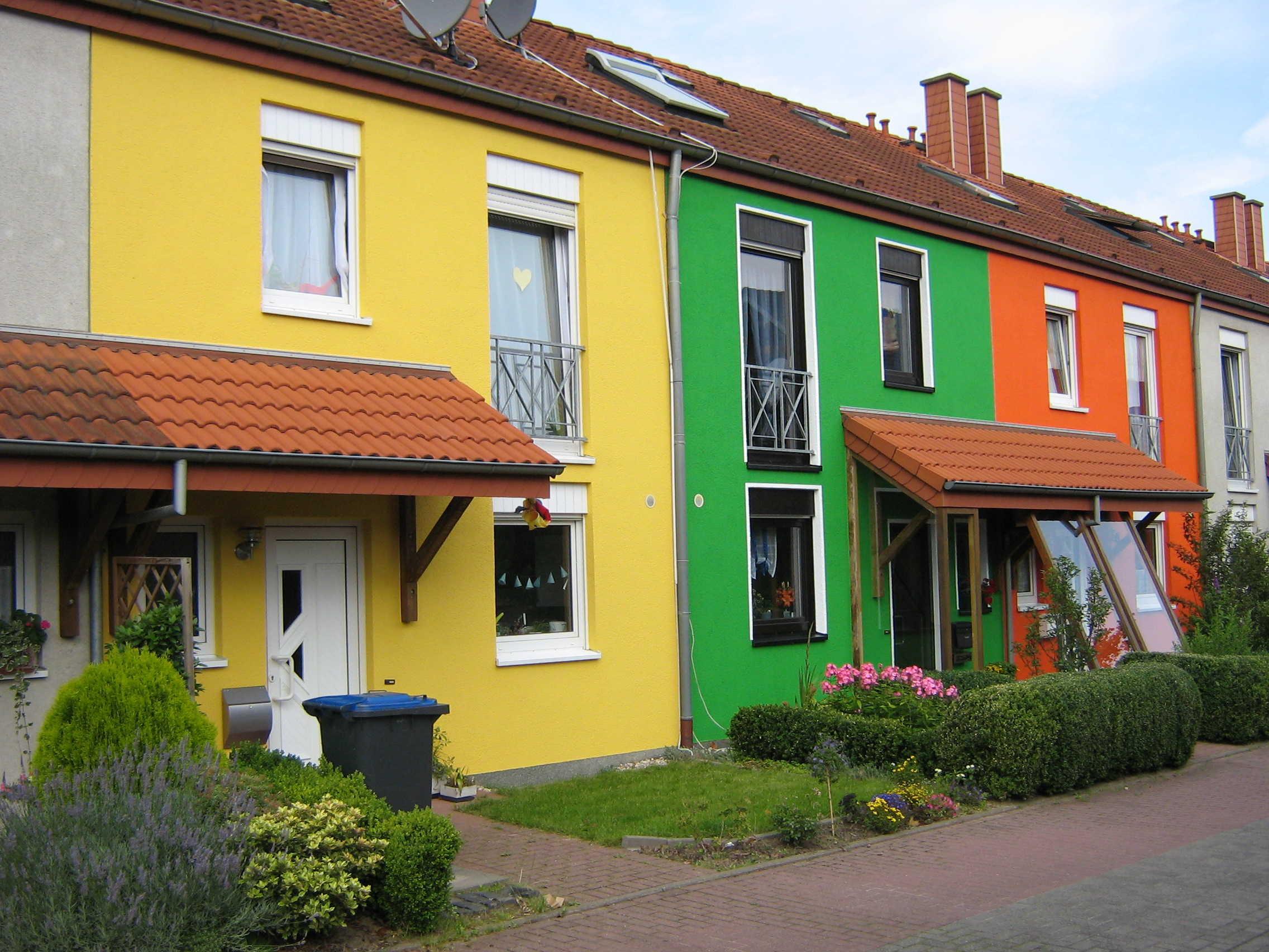 Покрасить фасад дома: правила нанесения краски, критерии ее выбора
