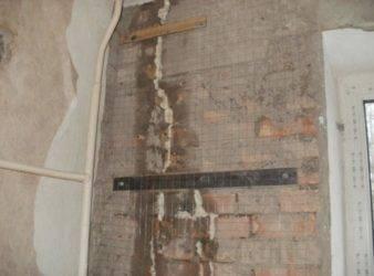 Как заштукатурить большую сквозную дыру в стене или заделать щель в кирпичной кладке перед поклейкой обоев