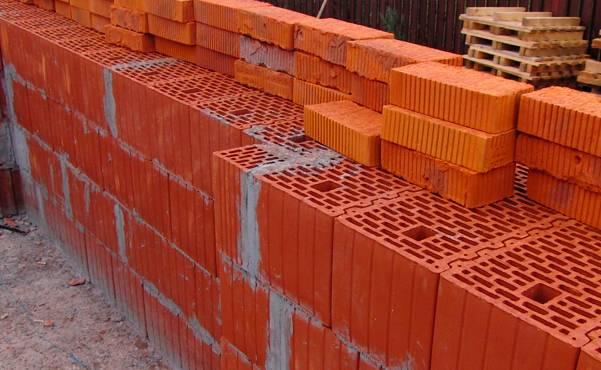Как построить подпорную стенку из блоков на участке?