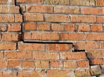 Как замазать дырку в стене после дюбеля