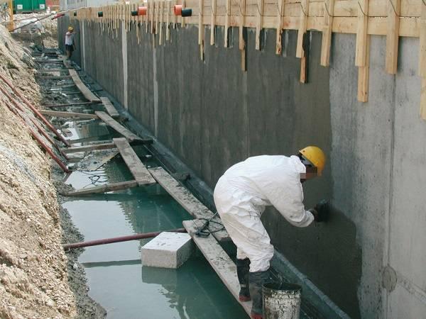Следует сделать между фундаментом и стеной слой горизонтальной гидроизоляции?
