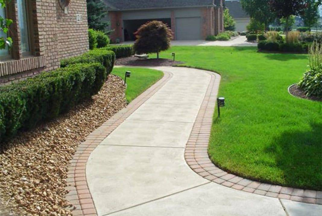 Как делается отмостка из тротуарной плитки вокруг частного дома: нюансы выбора и использования материала