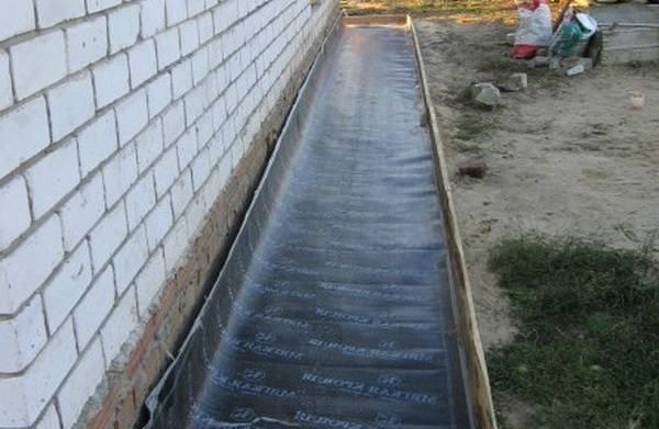 Чем заделать трещины в отмостке вокруг дома, залить швы в бетоне, обработать от разрушения бетонную, гранитную, конструкцию из тротуарной плитки?