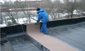 Как производится ремонт плоской кровли зимой и какие проблемы могут возникнуть при демонтаже крыши