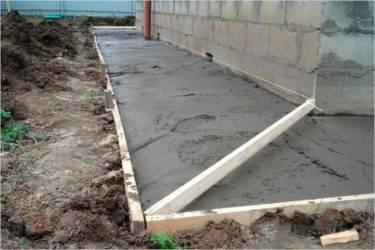 Как правильно сделать отмостку вокруг дома своими руками из бетона: фото, видео