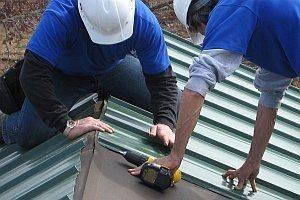 Как правильно крепить профнастил на крышу — пошаговое видео и фото