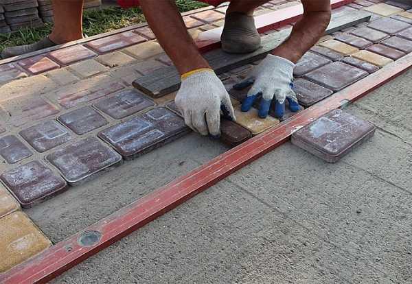 Как самостоятельно отремонтировать отмостку вокруг дома
