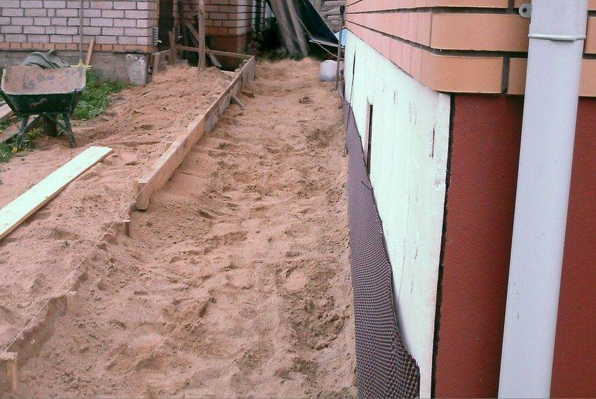 Какой цемент лучше для отмостки дома: какие марки нужны, соотношение песка и других компонентов, как рассчитать расход и приготовить цементный раствор для заливки?