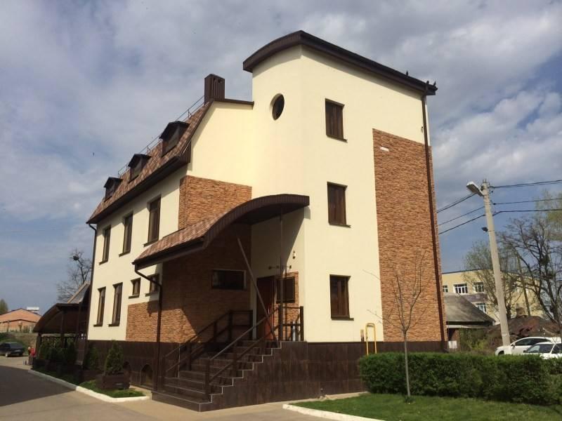 Как правильно отделать фасад дома штукатуркой + виды декоративных штукатурных растворов