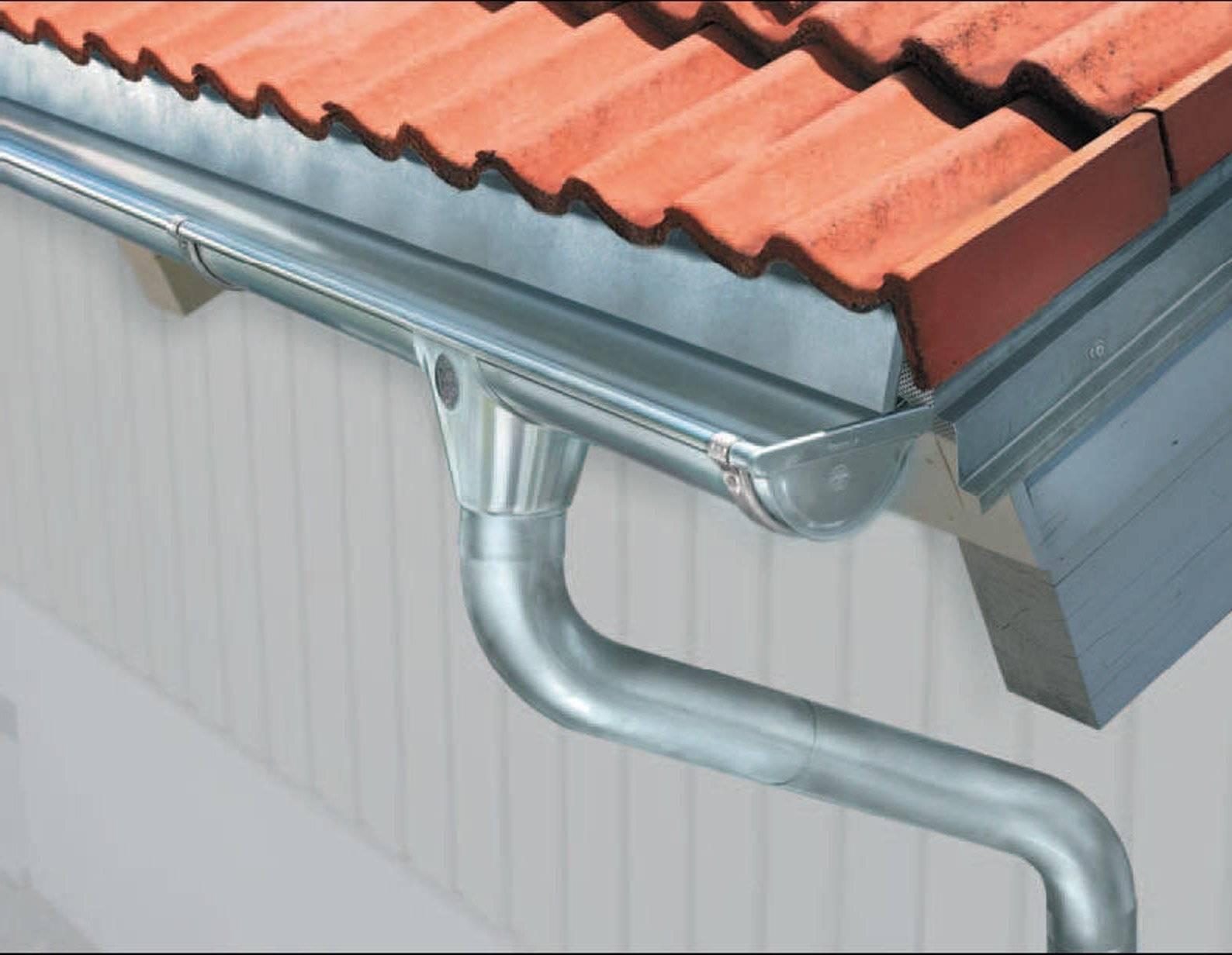 Плюсы и минусы металлических водостоков для крыши из меди, алюминия, цинка, а также особенности монтажа