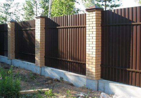 Как правильно сделать своими руками ленточный фундамент под забор из профнастила с кирпичными столбами