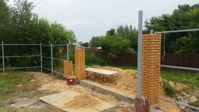 Фундамент под забор с кирпичными столбами: пошаговая инструкция и цена