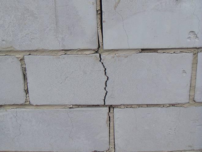 Трещины в стене из газобетона - причины появления и способы устранения