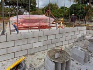 Как класть пеноблок: пошаговая инструкция по правильному строительству стен дома, как выложить первый ряд, необходимые приспособления, фото и цена