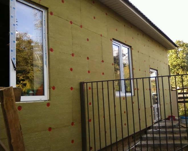 Чем можно утеплить дом из газобетона снаружи и как провести работы