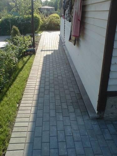 Отмостка вокруг дома из тротуарной плитки: укладка, видео (как положить), фото