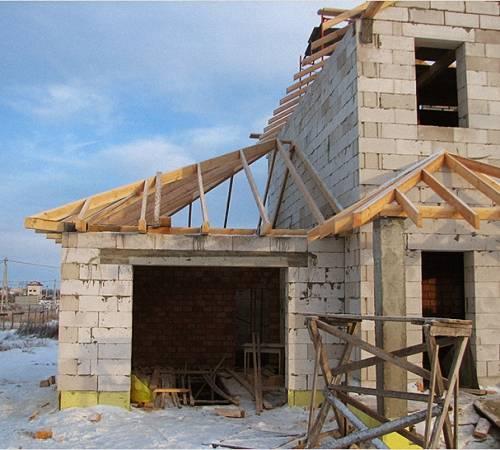 Как сделать односкатную крышу пристройки к дому своими руками