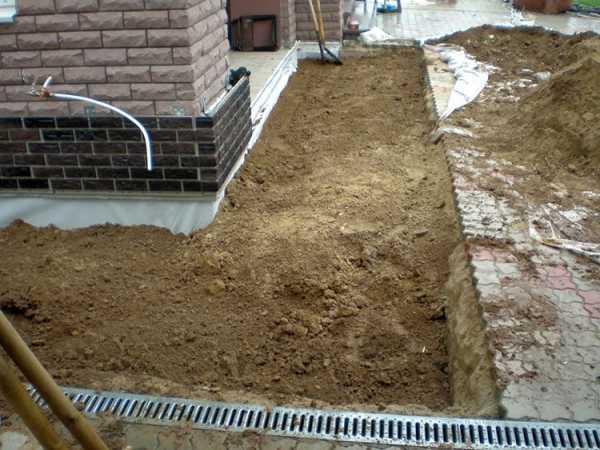 Как уложить тротуарную плитку на бетонную отмостку вокруг дома: какую выбрать, чтобы положить на основание из бетона, инструкция по укладке, плюсы и минусы применения