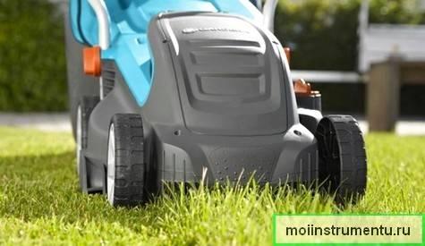 Газонокосилка для неровных участков и высокой травы: можно ли косить траву на неровной поверхности электрической самоходной косилкой? какую газонокосилку выбрать для дачи? рейтинг лучших моделей