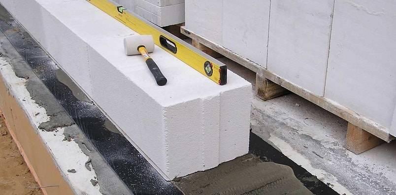 Как правильно осуществить кладку первого ряда газоблока?