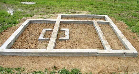 Ленточный фундамент на склоне: требования к закладке, плюсы и минусы основания, специфика возведения на участке с крутым уклоном