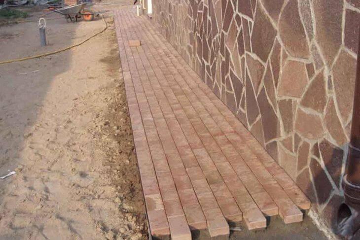 Чем можно обработать или покрасить бетонную отмостку вокруг дома, чтобы уменьшить впитывание воды?