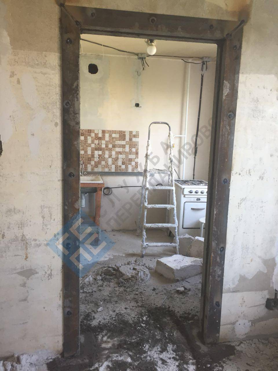 Проемы в несущих стенах для прохода: как сделать дверной проем в бетонной, кирпичной стене панельного или частного дома, пробивка под дверь и устройство капитальной стены