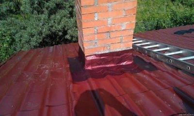 Как обойти трубу на крыше профнастилом: как закрыть, обделать, установка обшивки, обход