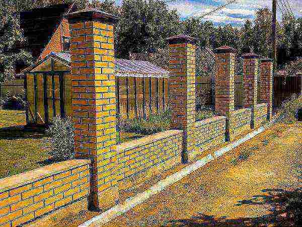 Фундамент под забор с кирпичными столбами: как сделать ленточный своими руками