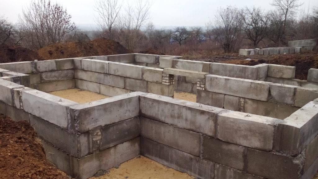 Бетонные фундаментные блоки: требования по гост 13579-2018 и 13580-85, марки материала, подойдет ли для фбс строительства стен в доме или подвале