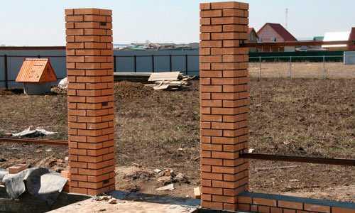 Цоколь из бетона: видео-инструкция по монтажу своими руками, особенности железобетонных конструкций из кирпича, панелей, цена, фото