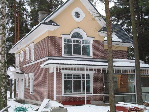 Дом из красного кирпича (49 фото): красивые одноэтажные и двухэтажные проекты с белыми швами и коричневыми углами, варианты с эффектными окнами и крышей