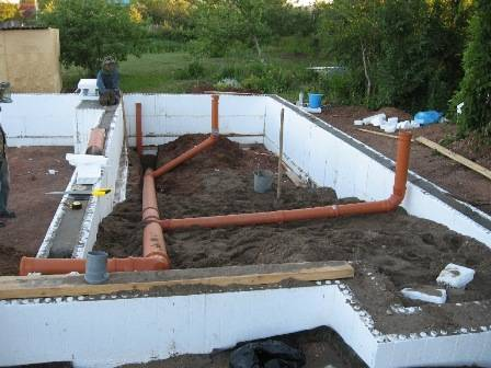 Вывод канализации из дома под разными типами фундамента