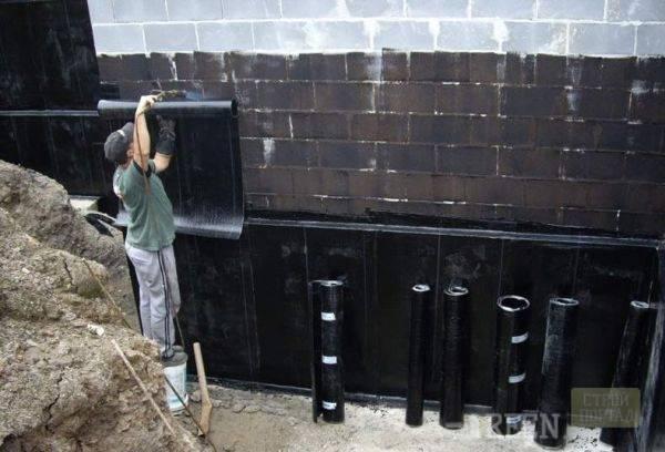 Рулонная гидроизоляции для фундамента: виды и монтаж