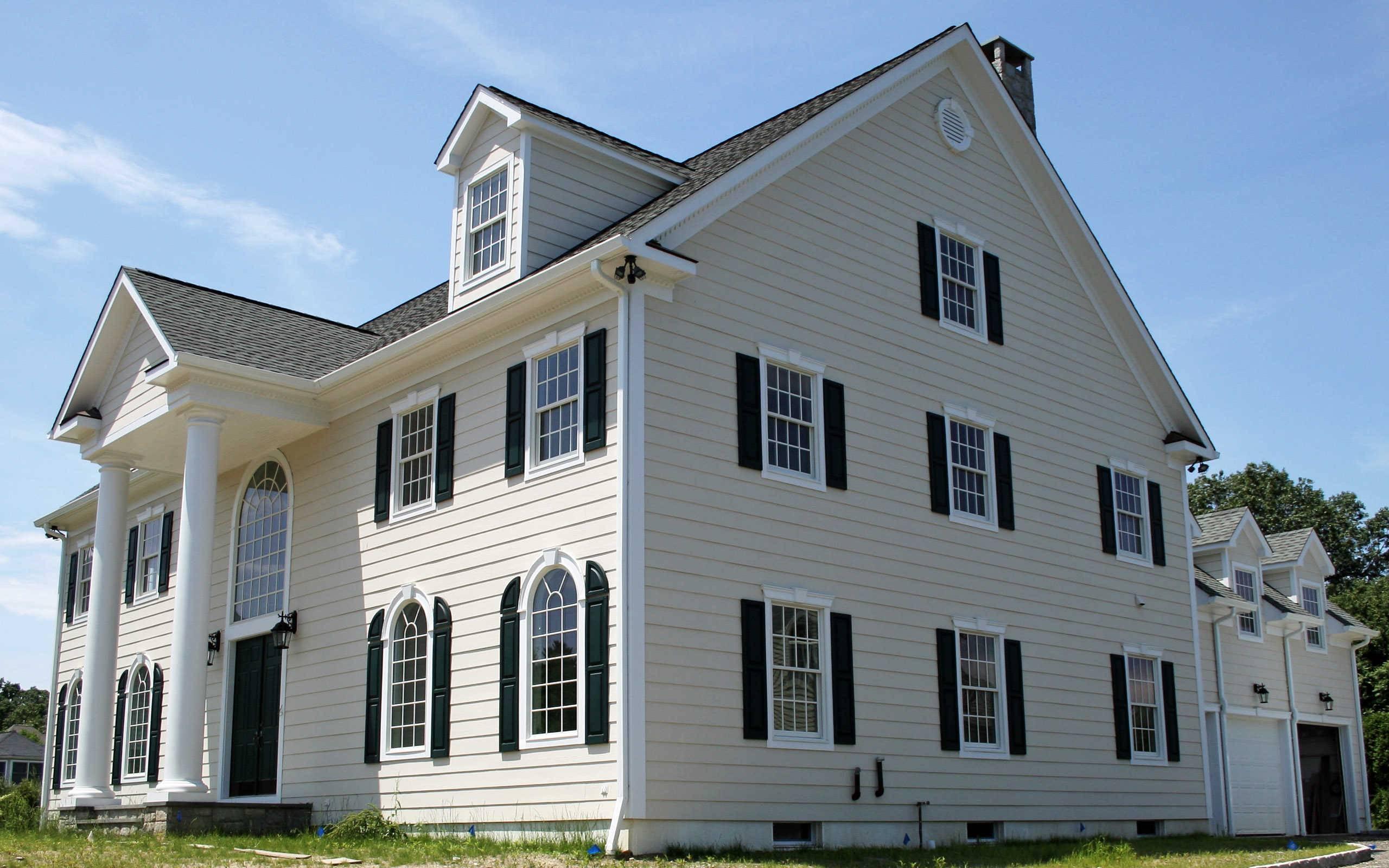 Чем лучше покрасить деревянный дом снаружи