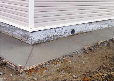 Отмостка вокруг дома: уклон, ширина и высота, применяемые материалы и способы защиты от атмосферных явлений