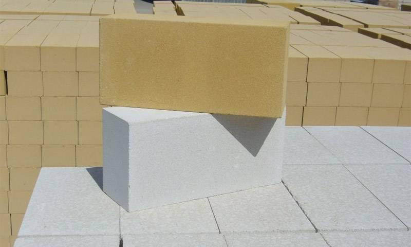 Кирпич (70 фото): виды цветного кирпича, фигурный каменный и бетонный продукт цвета слоновой кости и коричневого оттенка