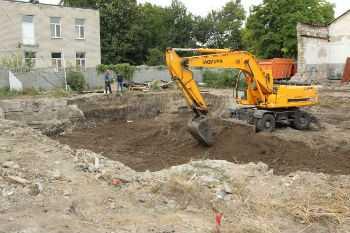 Процесс копки траншеи под канализацию и правила укладки труб