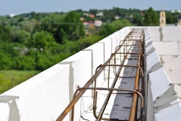 Нужен ли армопояс под мауэрлат в доме из газобетона? как залить: пошаговая инструкция