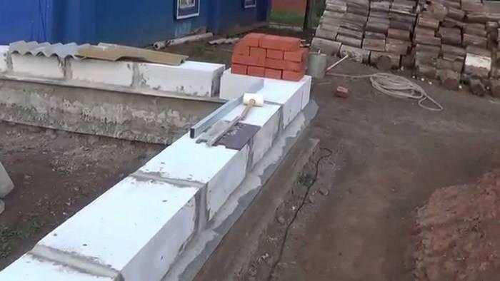 На что кладут пеноблоки: видео-инструкция по монтажу своими руками, особенности кладочной сетки, расход цемента, фото