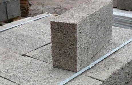 Бетонные блоки: армированные и обычные, плотность, прочность и иные характеристики стеновых изделий, особенности марки м100 и других