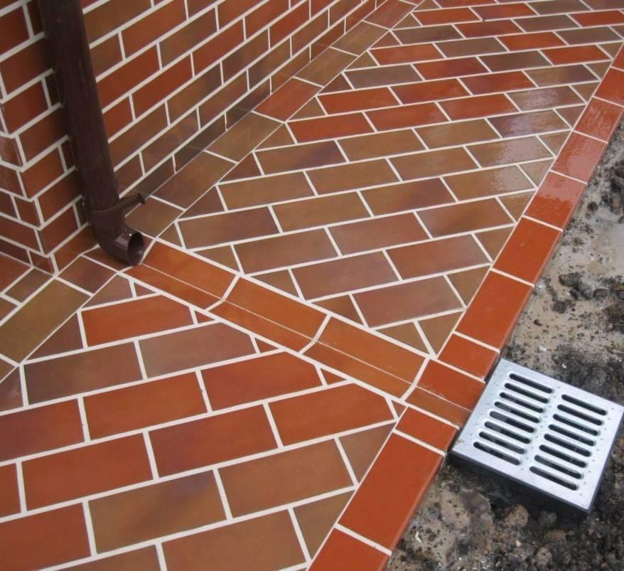 Установка дождеприемника в отмостке: устройство системы, как правильно установить водоотводный лоток и ливневую канализацию в конструкцию вокруг дома