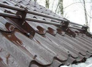Самостоятельная установка снегозадержателей на крышу – виды и порядок монтажа