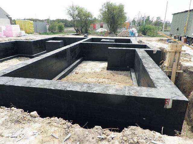 Ленточный фундамент для деревянного дома из бруса: какова должна быть глубина и ширина мелкозаглубленного фундамента
