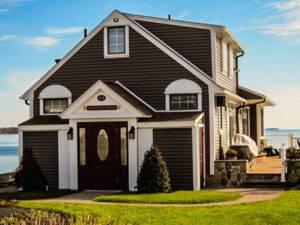 Отделка дома снаружи сайдингом: обзор материала + монтажные инструкции