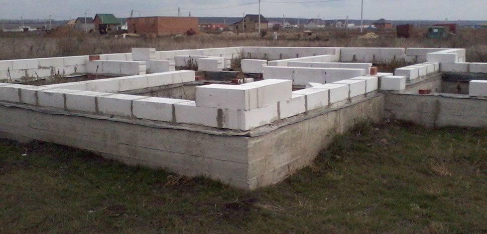 Как построить сарай своими руками из пеноблоков. выбор продукции и инструментов. возведение основания и стен. строительство крыши и установка дверной коробки